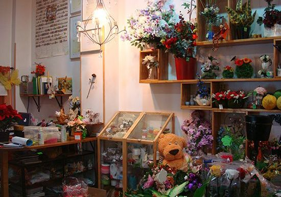 Noemí de floristería ADA en C/ Cisneros 39 convierte la mesa de tú casa en un manto de flores