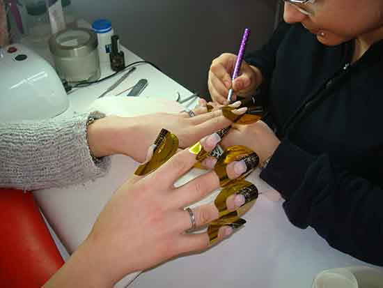 Oferta olvídate de los guantes: uñas de porcelana + Pedicura a 30€. Trat. manos completas + laca permanente a 15€. Manicura + Uñas Flack (terciopelo) a 10€.