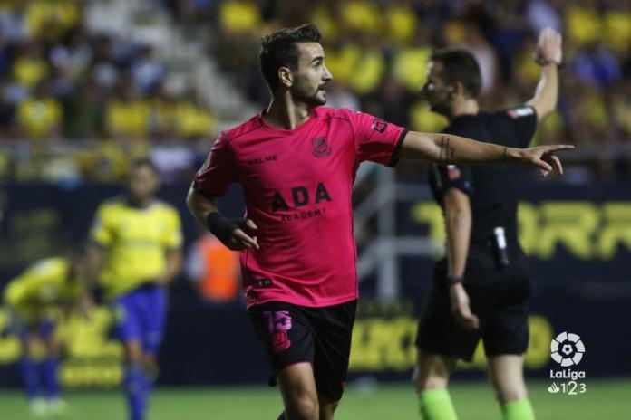 Un doblete de Juan Muñoz tumba al Cádiz y mete al Alcorcón en 'playoff'