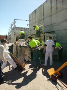 Descarga de material en el Hospital Fundación de Alcorcón
