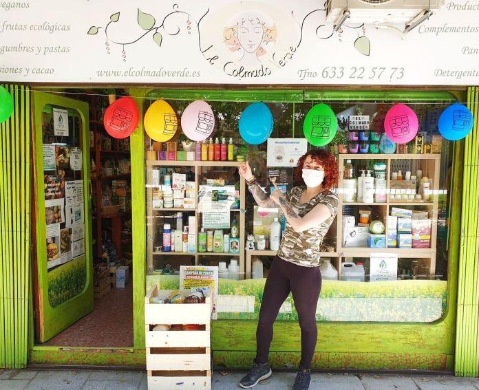 Una bienvenida de color a los comercios de Alcorcón