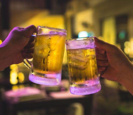 Disfrutando unas cervezas por Alcorcón