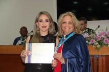 Alda e Dra. Juliana de Oliveira Matos - Representando Bordon Silvério M. e Silva - recebendo o 'Diploma de Reconhecimento'