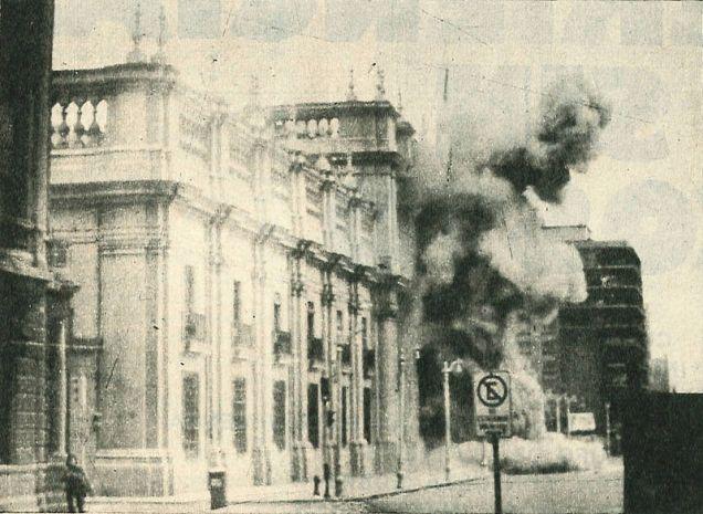 Palacio de la Moneda de Chile bombardeado en 1973 durante el golpe de estado al presidente Salvador Allende.  Autor: Desconocido. Fuente: Biblioteca del Congreso Nacional de Chile. ( CC BY 3.0.).