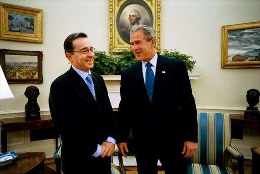Álvaro Uribe, presidente de Colombia, en el Despacho Oval de la Casa Blanca con George W. Bush, el 1 de octubre de 2003.