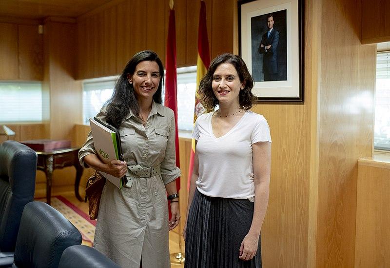 Rocío Monasterio (izquierda), diputada de Vox, con Isabel Díaz Ayuso (derecha), presidenta de la Comunidad de Madrid. Autor: PP de Comunidad de Madrid, 26/07/2019. Fuente: Flickr (CC BY 2.0)