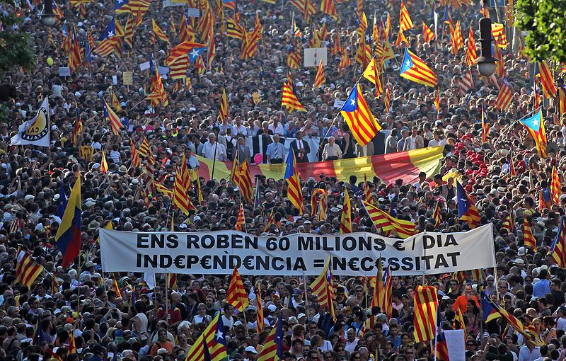 """Cabecera oficial de la manifestación catalana del 10 de julio de 2010. Aparecen los seis presidentes y ex-presidentes de la Generalitat y del Parlamento catalán (José Montilla, Ernest Benach, Pasqual Maragall, Jordi Pujol, Joan Rigol y Heribert Barrera). Más de un millón de catalanes (1.500.000 segun la organización) con el lema """"Somos una nación. Nosotros Decidimos"""" se manifestaron en Barcelona después de la sentencia contra el Estatut que dictó el Tribunal Constitucional español. Se vieron miles de """"estelades"""" independentistas y los manifestantes gritaban constantemente gritos a favor de la independencia de la nación catalana. La pancarta que figura ante la cabecera hace referencia al expolio fiscal que tiene Catalunya (dinero que el gobierno de Madrid recauda de los catalanes y que no vuelven a Catalunya). Este déficit fué reconocido por el gobierno español, después de que se forzara la publicación de las balanzas fiscales. Fotografía: Esquina Passeig de Gràcia-Carrer Diputació desde Gran Via Corts Catalanes."""