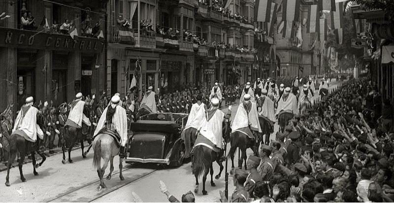 """""""Francisco Franco escoltado por la Guardia Mora visita San Sebastián una vez finalizada la guerra"""". Autor: Desconocido. 1939. Fuente: Wikipedia (Kutxa Fototeka). Licencia: CC-BY-SA 3.0"""