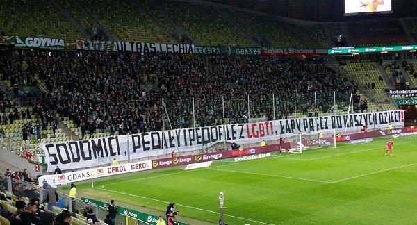 """""""Grada del estadio del Lechia Gdańsk con la pancarta - """"Varsovia libre de marico***"""","""" Autor: Hooligans del Legia de Varsovia. Fuente: twitter."""