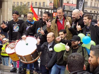 4. Javier Ortega Smith con presidentes provinciales de Vox en la manifestación de la plataforma Jusapol en Zaragoza. Autor: Vox España, 17/03/2018. Fuente: Flickr.