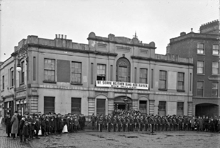 Ejército Republicano de Irlanda (IRA) fuera del Liberty Hall. Autor: National Library of Ireland on The Commons, 1914. Fuente: Flickr. Dominio público.