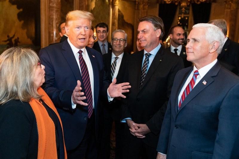 Donald Trump, presidente de EEUU, conoce a Jair Bolsonaro, presidente de Brasil. Ambos han sido los dirigentes más negacionistas de la crisis del coronavirus. Autor: White House, 07/03/2020. Fuente Flickr. Dominio público.