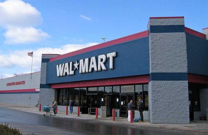 Fotografía del exterior de una tienda Wal-Mart en Laredo, Texas, otro de los gigantes que, junto a Amazon, emplean algoritmos. Autor: Jared C. Benedict, 22/02/2004. Fuente: Wikimedia Commons, (CC BY-SA 3.0.)