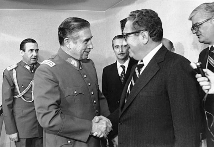 Entrevista entre Kissinger, representante del gobierno de Estados Unidos, con el dictador chileno Augusto Pinochet. Autor: Ministerio de Relaciones Exteriores de Chile, 1976. Fuente: Archivo General Histórico del Ministerio.  (CC BY 2.0.).