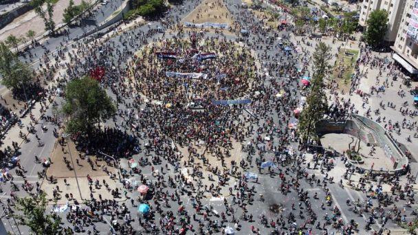 Marcha por el primer aniversario de las protestas desborda a Santiago de Chile el 19 de octubre de 2020. Autor y fuente: elDiario.es (CC BY-NC 2.0.)