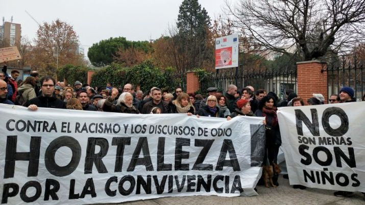 """Cientos de vecinos y activistas se concentran este domingo ante el centro de acogida de Hortaleza, en Madrid, """"contra el racismo"""". Autora: Constanza Lambertucci, 08/12/2012. Fuente: elDiario.es (CC BY-NC 2.0.)"""