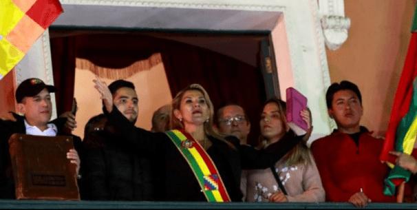 Jeanine Áñez asume la presidencia de Bolivia el 12 de noviembre de 2019. Autor: Todo Noticias. Fuente: Youtube (CC-BY-SA-3.0)
