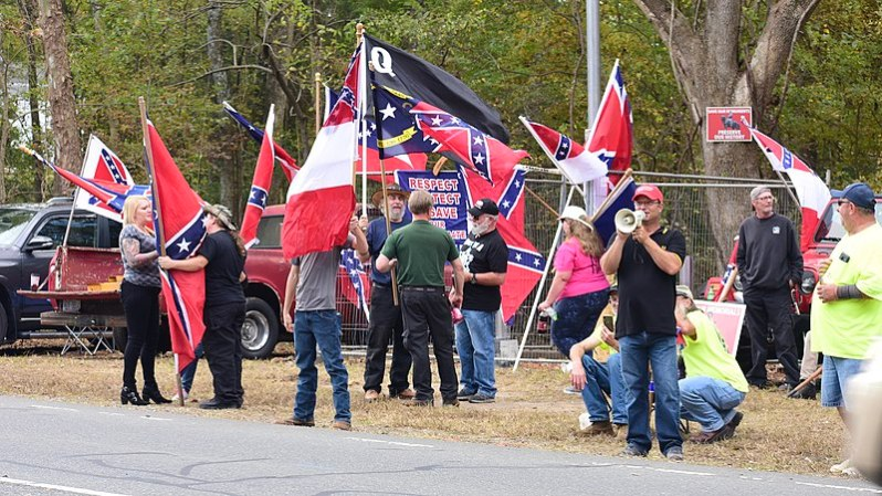 Proud Boys participando en una protesta neo-confederada en Pittsboro, Carolina del Norte. Autor: Anthony Crider, 26/10/2019, 13:25:59. Fuente: Flickr (CC BY 2.0)