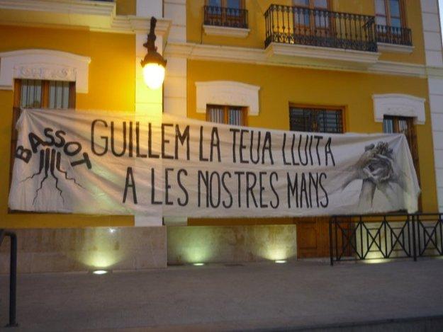 Homenaje a Guillem Agulló en la fachada del Ayuntamiento de Burjassot. Autor: Associació Cultural Bassot, 11/04/2011. Fuente: Facebook de Associació Cultural Bassot