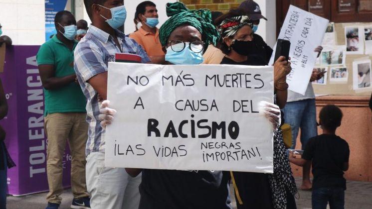 Una persona muestra una pancarta durante una concentración contra el racismo y la deportación de inmigrantes. Autora: Natalia G. Vargas, 20/11/2020. Fuente: elDiario.es (CC BY-NC-ND)