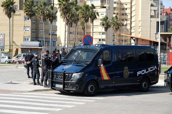 Policía Nacional con un furgón cerca de la frontera entre España y Gibraltar. Autor: Muerte en Hawaii, 23/03/2019. Fuente: Wikimedia Commons. (CC BY-SA 4.0).