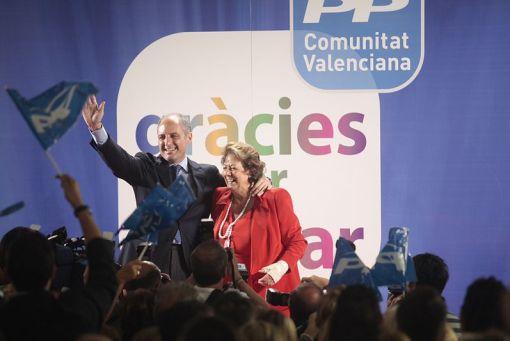 Francisco Camps y Rita Barberá celebrando el triunfo en las elecciones municipales y autonómicas de 2011. Autor: ppcv, 22/05/2011. (CC BY 2.0).