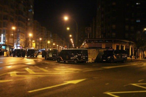 Furgones de policía en disturbios en Burgos. Autor: rubns28, 14/01/2014. Fuente: Pixabay. (CC0)