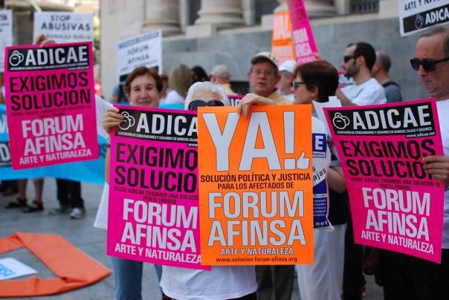 Protestas de los afectados de los fraudes al ahorro popular Fórum Filatélico, Afinsa y Arte y Naturaleza. Autor: ADICAE, 21/06/2014. Fuente: Flickr (CC BY 2.0).