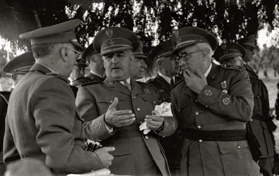 26 millones. Francisco Franco junto a autoridades militares en unas maniobras. Autor: Vicente Martín, 1946. Fuente: Fondo Car-Kutxa Fototeka. (CC BY-SA 3.0).