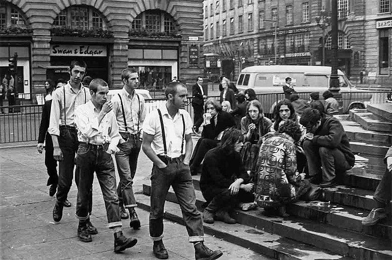 Grupo de Skinheads en Londres. Autor: Herradordezapatos. 8/09/2020. Fuente: Wikimedia Commons (CC-BY-SA 3.0.)