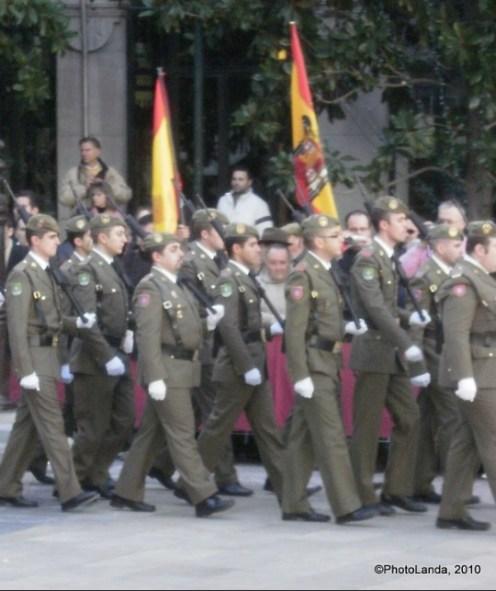 Desfile militar en la Toma de Granada con banderas franquistas de fondo. Autor: Photolanda, 02/01/2010. Fuente: Flickr (CC BY-NC-SA 3.0.)