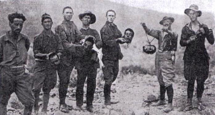 Soldados de La Legión española sostienen cabezas de guerrilleros durante la Guerra del Rif