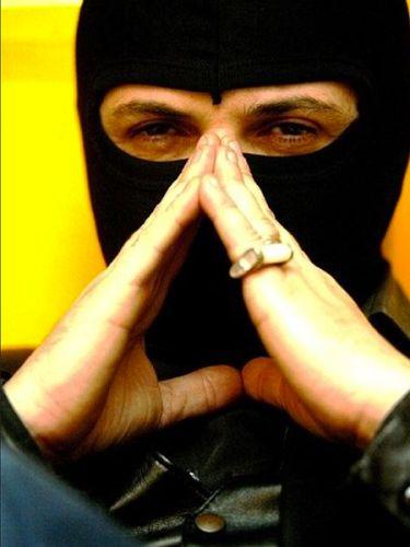 """Antonio Salas manteniendo su identidad secreta en una entrevista en la presentación de su libro """"Diario de un Skin. Autor: Wrongchris, 07/01/2013. Fuente: Wikimedia Commons (CC BY-SA 4.0.)"""