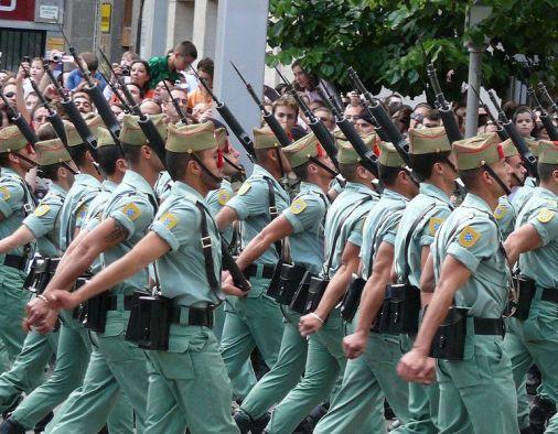 Desfile de las Fuerzas Armadas 2008. La Legión. Autor: Oscar en el medio, 01/06/2008. Fuente: Flickr. (CC BY-SA 2.0).