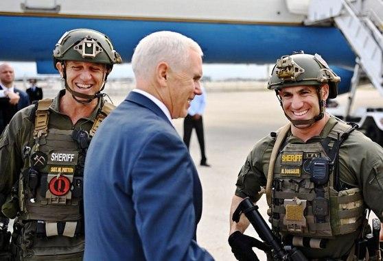 Vicepresidente Mike Pence con miembros de los SWAT. Uno lleva un parche de QAnon (fue degradado). Autor: Beyond My Ken, 30/11/2018. Fuente: Archivo de Twitter.