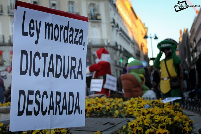 Cartel en protesta de la Ley Mordaza, ley que se argumento que ampara abusos de poder de la policía. Autor: DnTrotaMundos ☮, 20/12/2014. Fuente: Panoramio (CC BY 3.0.)