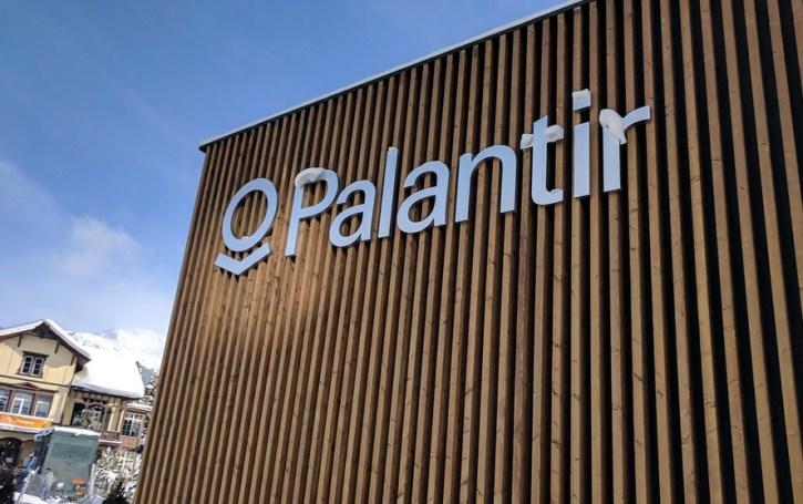 Pabellón de la empresa Palantir en el World Economic Forum, Davos, Suiza, mencionada por Julián Macías como una entidad detrás del uso de datos con fines políticos. Autor: Cory Doctorow, 17/01/2017. Fuente: Flickr (CC BY-SA 2.0.)