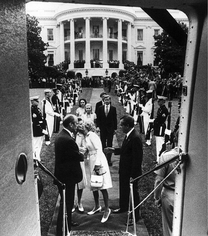 Nixon abandonando la Casa Blanca en 1974 a causa de las consecuencias del Escándalo Watergate, uno de los hitos más conocidos del periodismo de investigación. Autor: Oliver F. Atkins, 09/08/1974. Fuente: Proyecto de materiales presidenciales de Nixon. medios