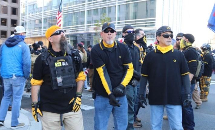 Los Proud Boys, grupo neofascista muy conocido en Estados Unidos. Cualquier parecido con tu padre es mera casualidad. Autor: Elvert Barnes 12,/12/2020. Fuente: Flickr (CC BY-SA 2.0.)