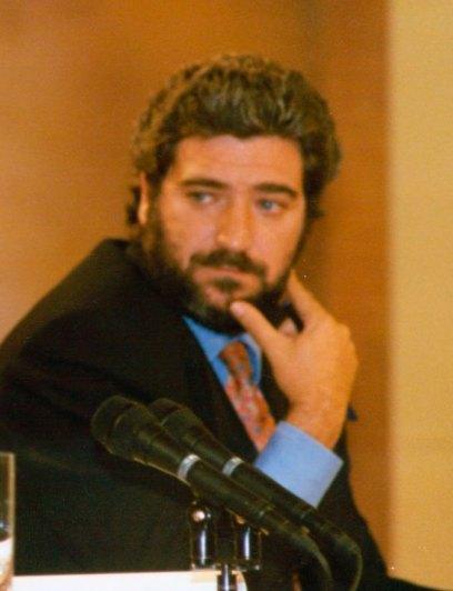 Miguel Ángel Rodríguez durante la rueda de prensa posterior al Consejo de Ministros. Autor: Ministerio de la Presidencia. Gobierno de España, 23/08/1996. Fuente: Wikimedia Commons