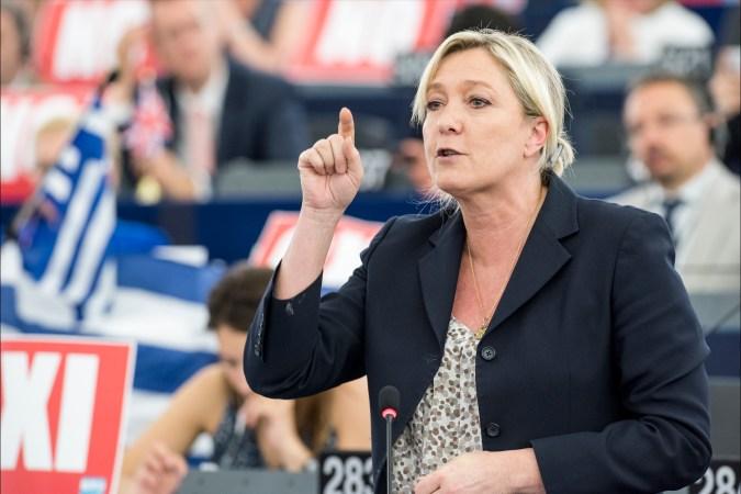 European Union 2015 - European Parliament. Debate en el pleno sobre Grecia con el primer ministro Alexis Tsipras - Marine Le Pen. Autor: European Parliament, 08/07/2015. Fuente: Flickr. (CC BY-NC-ND 2.0).
