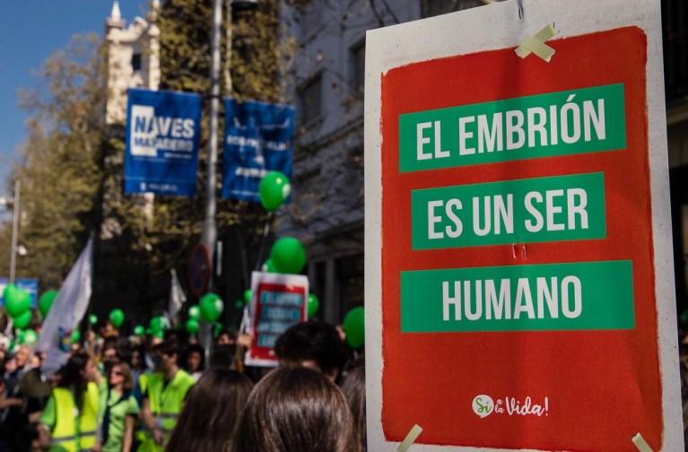 Manifestación Sí a la vida, en contra del aborto, autoritarismo. Autor: Vox España, 24/03/2019. Fuente: Flickr
