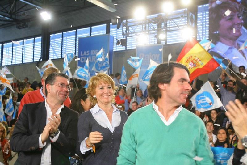 Granados y Aznar con Esperanza, Mitin en Valdemoro. Autor: Esperanza Aguirre Gil de Biedma, 1/03/2008. Fuente: Flickr (CC BY 2.0)