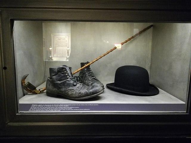 El sombrero, el bastón y los zapatos del famoso personaje de Chaplin, el vagabundo