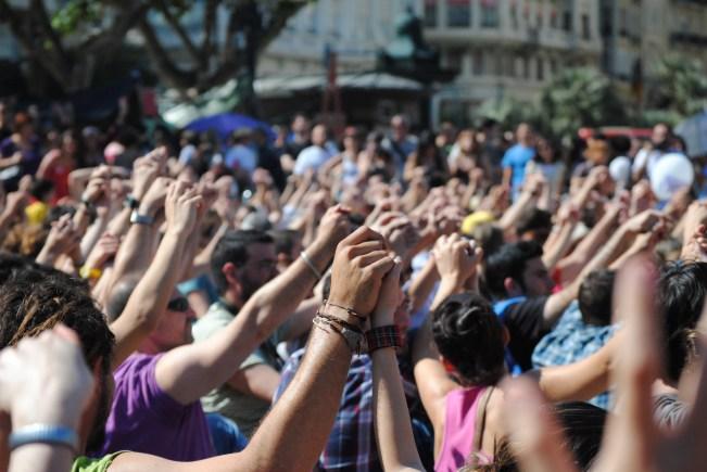 Los manifestantes se cogen de las manos en la Plaça de l'Ajuntament, Valencia. Autor: Marcos Saul Ortiz. 21/05/2011. Fuente: Flickr (CC BY-SA 2.0)