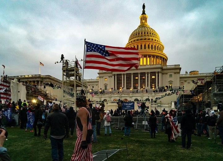 Asalto al Capitolio de EEUU por parte de afines a la extrema derecha trumpista. Autor: Tyler Merbler, 06/01/2021. Fuente: Flickr (CC BY 2.0)
