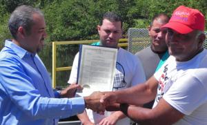 Pescadores de Aguada reciben trasmallos por parte del DRNA