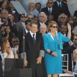 El Juez Presidente del Tribunal supremo, Hon. Federico Hernández Denton, y su esposa, la licenciada Isabel Picó Vidal, reciben el aplauso de los asistentes.