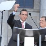 El Gobernador García Padilla se apresta a firmar el documento que le oficializa en el cargo ante la mirada del Juez Presidente del Tribunal Supremo, Hon. Federico Hernández Denton.