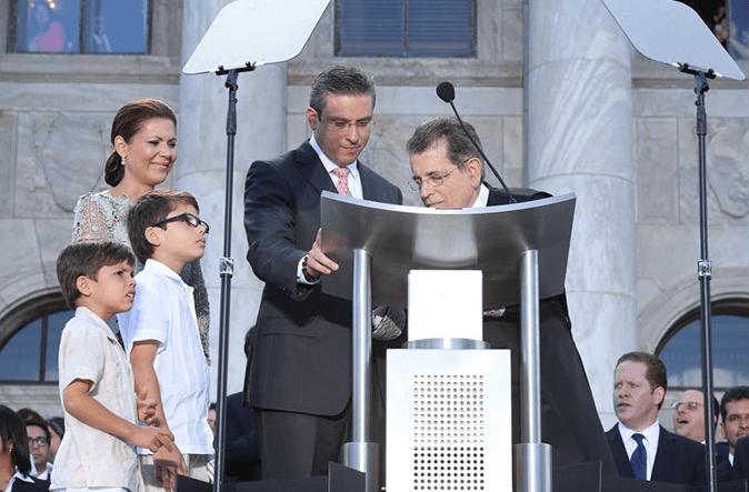 El Juez Presidente del Tribunal Supremo, Hon. Federico Hernández Denton, firma el documento oficial que declara al Hon. Alejandro García Padilla como Gobernador del Estado Libre Asociado de Puerto Rico. Observan la Primera Dama, Wilma Pastrana, y los hijos del Gobernador.